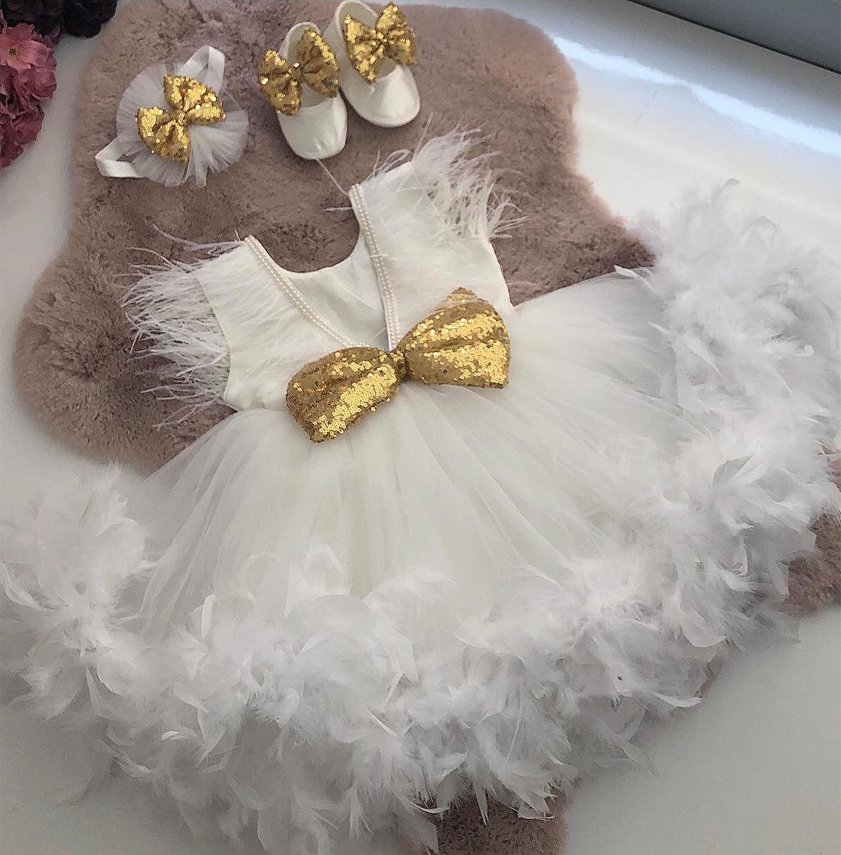 altin-pul-kurdeleli-beyaz-bebek-elbisesi